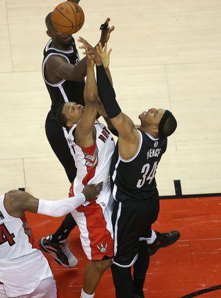 "Вчера. Торонто. ""Торонто"" - ""Бруклин"" - 103:104. Пол ПИРС (№34) останавливает атаку Кайла ЛАУРИ. . Фото USA TODAY Sports"