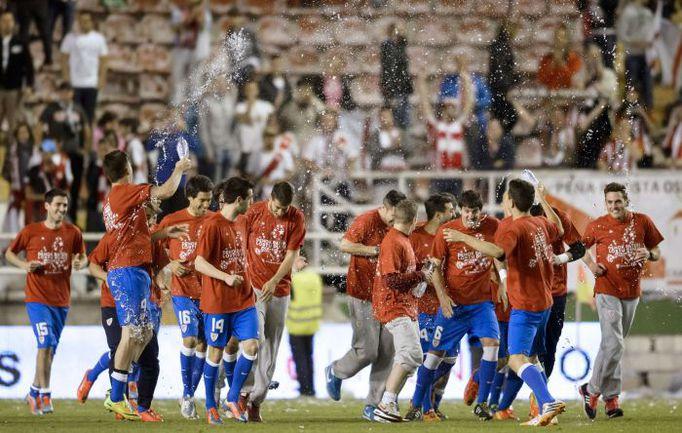 """2 мая. Мадрид. """"Райо Вальекано"""" - """"Атлетик"""" - 0:3. Игроки баскского клуба празднуют выход в Лигу чемпионов. Фото AFP"""