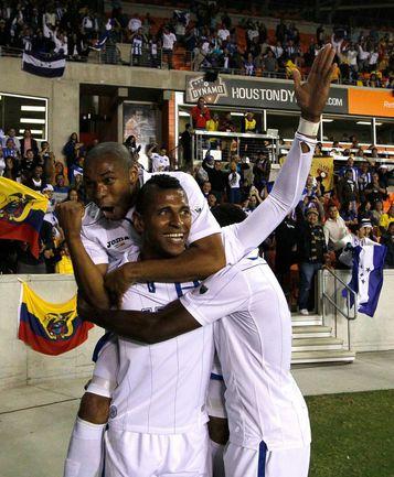 Основной нападающий сборной Гондураса Карло КОСТЛИ и звезда команды Уилсон ПАЛАСИОС (слева). Фото AFP