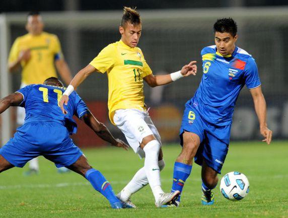 Эквадорец Кристиан НОБОА (справа) против бразильца НЕЙМАРА. Фото AFP