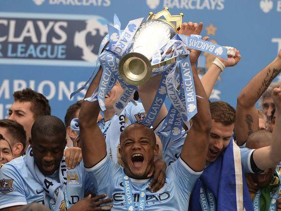 "Вчера. Капитан ""Манчестер Сити"" Венсан КОМПАНИ с чемпионским кубком. Фото REUTERS"