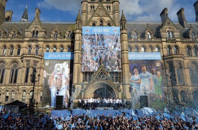 """Сегодня. Манчестер. Городская ратуша. Чемпион Англии """"Манчестер Сити"""" готовится к параду по улицам города. Фото AFP"""
