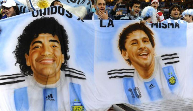 Портреты двух главных звезд аргентинского футбола – Диего МАРАДОНЫ и Лионеля МЕССИ. С последним болельщики связывают большие надежды. Фото REUTERS