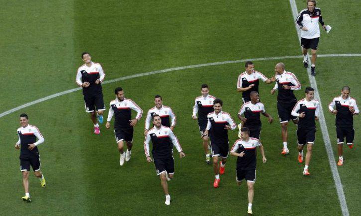 """Вторник. Турин. Игроки """"Бенфики"""" покидают поле в отличном настроении. Фото REUTERS"""