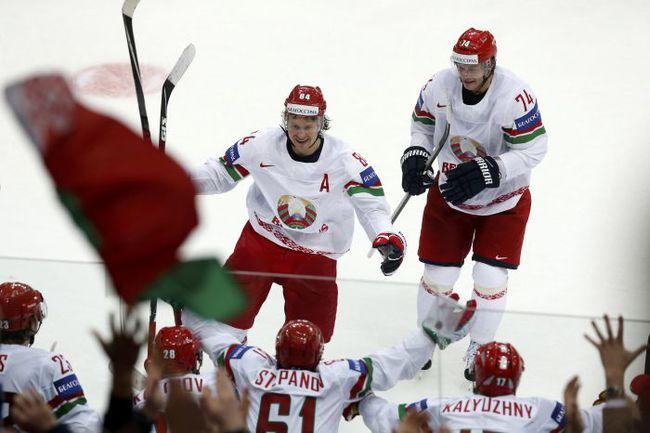 Ассистент капитана сборной Белоруссии Михаил ГРАБОВСКИЙ (в центре) празднует гол в ворота Швейцарии. Фото AFP