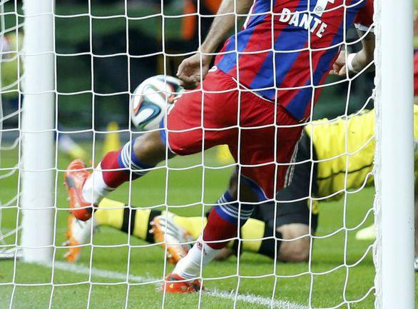 "Суббота. Берлин. "" ""Боруссия"" Д – ""Бавария"" – 0:2 д.в. 64-я минута. ДАНТЕ выбивает мяч из ворот. Фото REUTERS"