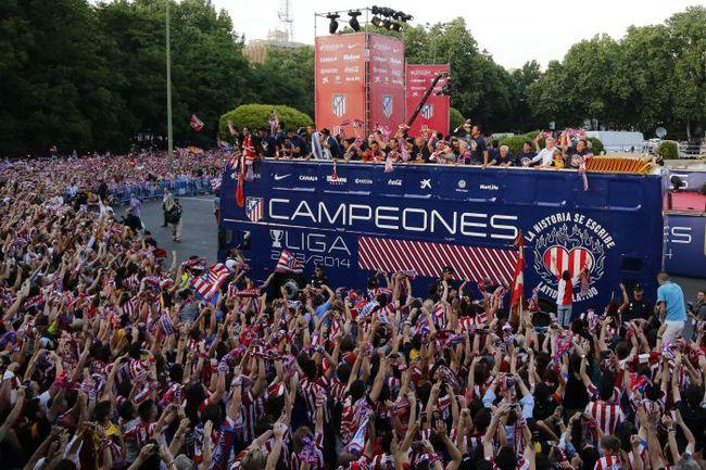 """Воскресенье. Мадрид. Фонтан Нептуна. Игроки """"Атлетико"""" приветствуют своих болельщиков во время чемпионского парада. Фото AFP"""