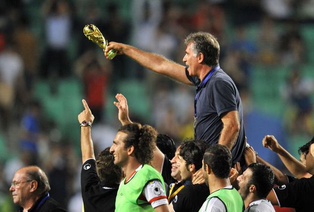 Главный тренер сборной Ирана Карлуш КЕЙРУШ и его дисциплинированные игроки радуются выходу на ЧМ-2014. Фото AFP