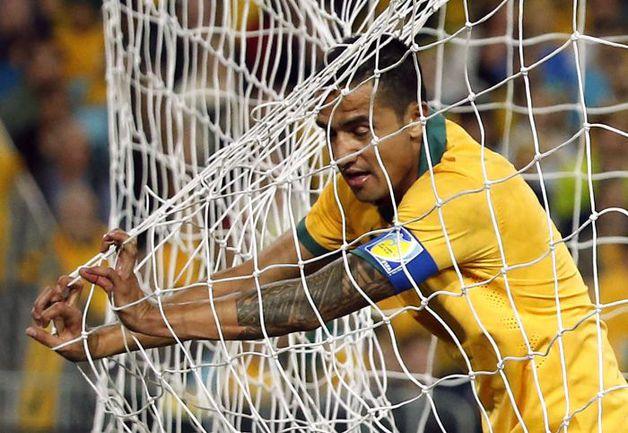 Вчера. Сидней. Австралия - ЮАР - 1:1. Капитан австралийцев Тим КЭЙХИЛЛ упускает шанс поразить ворота. Фото REUTERS