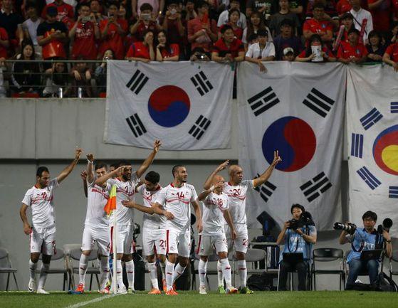 Среда. Сеул. Корея – Тунис – 0:1. Гости праздную победный гол на глазах местных болельщиков. Фото REUTERS