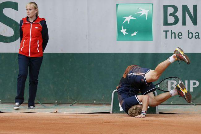 Вчера. Париж. Это падение Дмитрия ТУРСУНОВА в матче с американцем Джоном Керри, к счастью, не помешало россиянину победить. Фото AFP