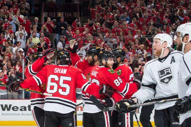 """Сегодня. Чикаго. """"Чикаго"""" - """"Лос-Анджелес"""" - 5:4 2 ОТ. Хоккеисты """"Блэкхокс"""" празднуют третью шайбу в ворота """"Кингз"""". Фото Getty Images"""