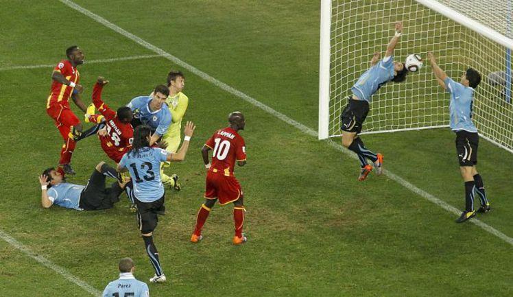 2 июля 2010 года. Йоханнесбург. Уругвай - Гана - 1:1. Пенальти - 4:2. Один из самых трагических моментов прошлого чемпионата мира. Луис СУАРЕС (справа) выбивает мяч рукой из ворот. Фото REUTERS