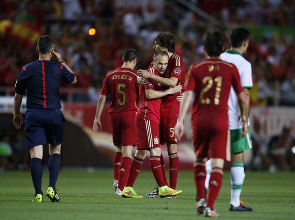 Пятница. Севилья. Испания - Боливия - 2:0. 84-я минута. Автор второго мяча Андрес ИНЬЕСТА принимает поздравления от Андера ИТУРРАСПЕ и Сесара АСПИЛИКУЭТЫ. Фото REUTERS