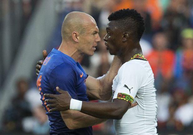Суббота. Роттердам. Голландия – Гана – 1:0. Арьен РОББЕН спорит с Рашидом СУМАЙЛОЙ. Фото REUTERS