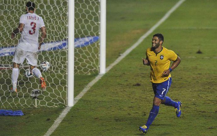 Вчера. Сан-Паулу. Бразилия - Сербия - 1:0. 74-я минута. Нападающий сборной Бразилии ХАЛК забивает второй гол в ворота Сербии, однако судьи его не засчитали. Фото AFP