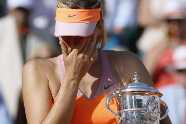 Суббота. Париж. Мария ШАРАПОВА с чемпионским кубком... Фото AFP
