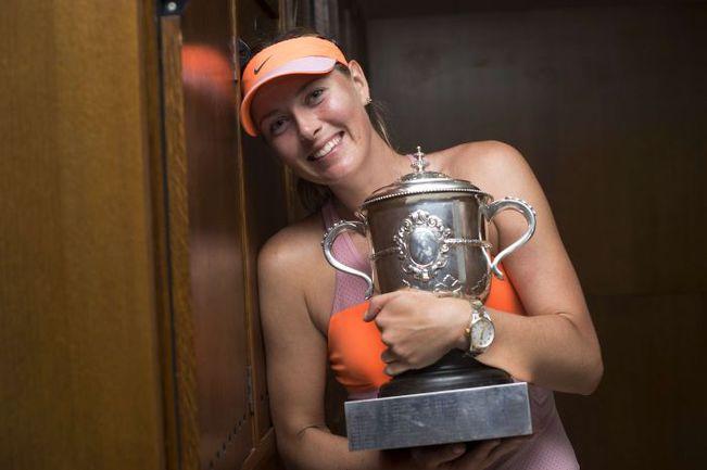 Суббота. Париж. Мария ШАРАПОВА с чемпионским кубком Roland Garros. Фото AFP
