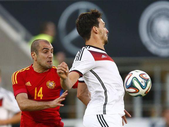 Пятница. Майнц. Германия - Армения - 6:1. Юра МОВСИСЯН (слева) против Матса ХУММЕЛЬСА. Фото AFP