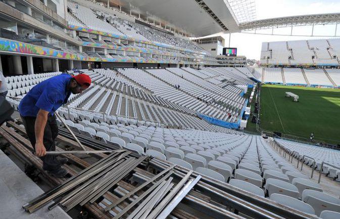 """Приготовления на стадионе в Сан-Паулу к матчу открытия не выглядят как последние - скорее как капитальные. Фото Александр ФЕДОРОВ, """"СЭ"""""""