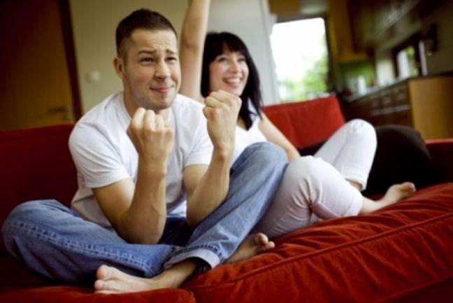 Пульт на месяц ЧМ принадлежит мужчине. И другие правила для женщин Фото currentmom.com