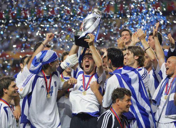 4 июля 2004 года. Португалия - Греция - 0:1. Несколько минут назад греки преподнесли один из самых громких сюрпризов футбольного десятилетия. Фото REUTERS