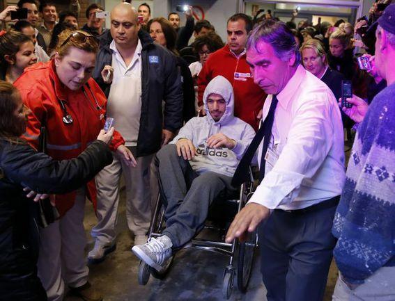 22 мая. Монтевидео. Нападающий сборной Уругвая Луис СУАРЕС покидает больницу после операции на колене. . Фото REUTERS