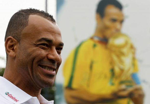 Знаменитый защитник сборной Бразилии КАФУ на фоне постера, изображающего его с Кубком мира. Фото AFP