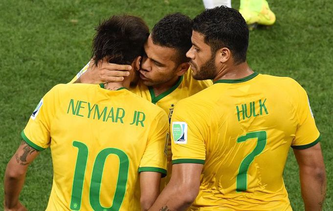 Четверг. Сан-Паулу. Бразилия - Хорватия - 3:1. НЕЙМАР, ДАНИ АЛВЕС И ХАЛК празднуют гол. Фото AFP
