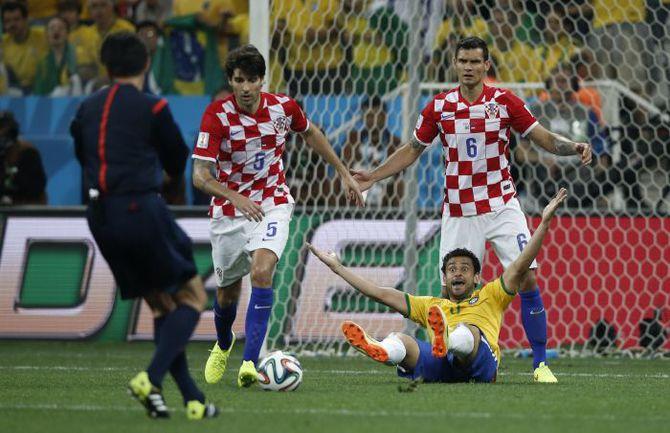 12 июня. Сан-Паулу. Бразилия - Хорватия - 3:1. 69-я минута. Юити НИСИМУРА назначет 11-метровый после падения ФРЕДА в штрафной гостей. Фото AFP