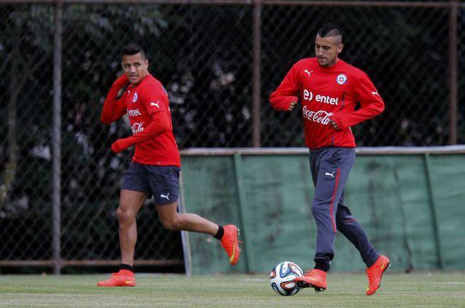 Составит ли Артуро ВИДАЛЬ (справа) компанию на поле Алексису САНЧЕСУ? От этого во многом будет зависеть судьба сборной Чили в игре с австралийцами. Фото REUTERS