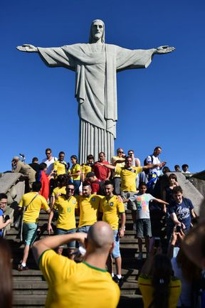 Одна из главных достопримечательностей Бразилии - фигура Христа-Искупителя на горе Корковаду в эти дни пользуется сумасшедшой популярностью у туристов, приехавших на ЧМ-2014. Фото AFP