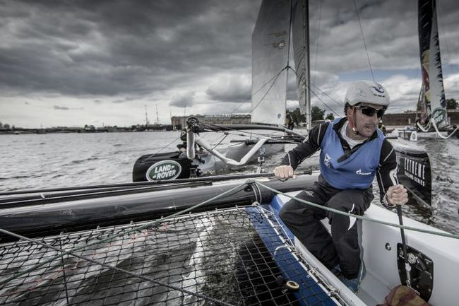 Рулевой Gazprom Team Russia Пол Кэмпбелл-Джеймс за работой. Lloyd Images. Фото Extreme Sailing Series