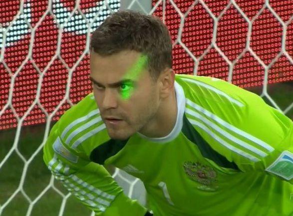 Сегодня. Куритиба. Алжир - Россия - 1:1. 60-я минута. Игоря АКИНФЕЕВА слепят лазером перед ответным голом алжирцев.