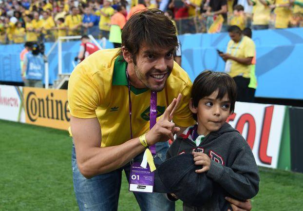 Кака с сыном перед матчем открытия ЧМ-2014 Бразилия - Хорватия. Фото AFP