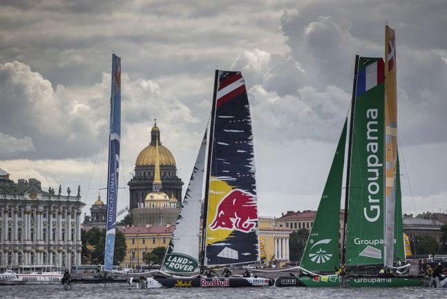 Флот Extreme Sailing Series впечатляюще смотрится и на фоне Исаакиевского собора. Фото Lloyd Images
