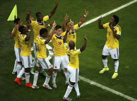 Суббота. Рио-де-Жанейро. Колумбия – Уругвай – 2:0. 51-я минута. Колумбийцы празднуют гол Джеймса РОДРИГЕСА (№10). Фото REUTERS