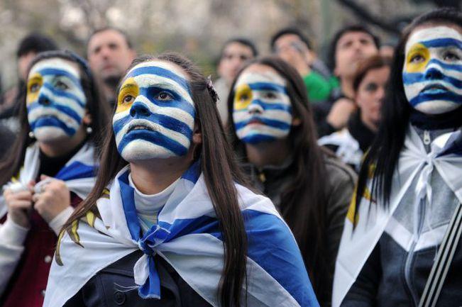 Суббота. Монтевидео. Болельщики сборной Уругвая наблюдают за вылетом команды с чемпионата мира. Фото AFP