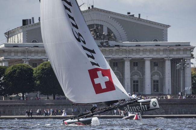 Результаты, показанные в субботу, позволили швейцарской Alinghi закрепиться на первом месте в общем зачете регаты. Фото Lloyd Images