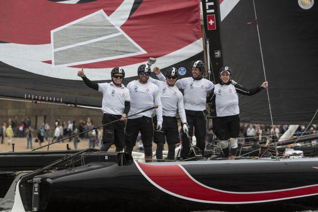 Санкт-Петербург. Счастливые победители первого в истории российского этапа Extreme Sailing Series – команда Alinghi. Фото Lloyd Images