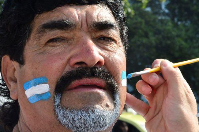 Вторник. Сан-Паулу. Аргентина - Швейцария - 1:0 д.в. Болельщик, изображающий из себя Диего Марадону. Фото AFP