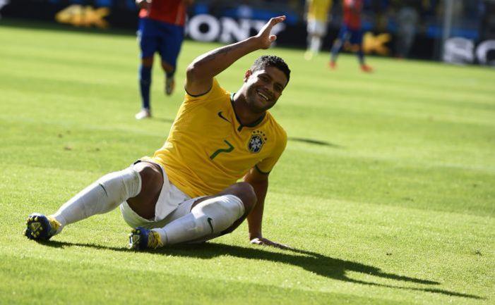 """28 июня. Белу-Оризонти. Бразилия - Чили - 1:1, пенальти - 3:2. Нападающий бразильцев ХАЛК недоволен отсутствием """"домашнего судейства"""" на ЧМ-2014. Фото AFP"""
