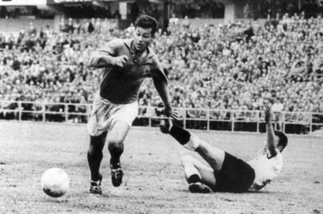 28 июня 1958 года. Гетеборг. ФРГ - Франция - 3:6. Автор хет-трика Жюст ФОНТЭН. Фото sportige.com