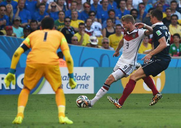 Пятница. Рио-де-Жанейро. Франция - Германия - 0:1. Андре ШЮРРЛЕ (№9) наносит один из точных ударов, с которым справляется Юго ЛЛОРИС (№1). Фото REUTERS