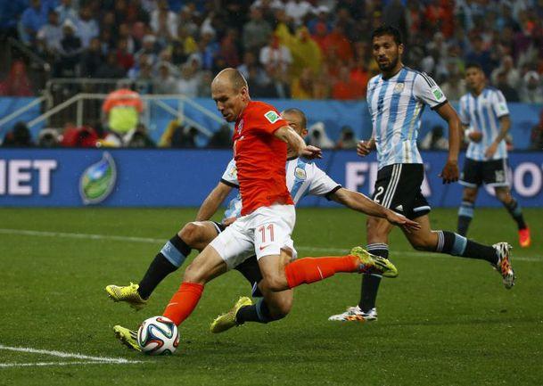 Вчера. Сан-Паулу. Голландия – Аргентина – 0:0. Пенальти – 2:4. Арьен РОББЕН наносит единственный удар голландцев в створ ворот. Фото REUTERS