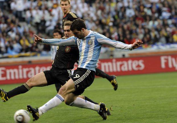 3 июля 2010 года. Кейптаун. Аргентина – Германия – 0:4. Гонсало ИГУАИН (№9) и К° сегодня попробуют взять реванш за обидное поражение у Филиппа ЛАМА и К°. Фото REUTERS