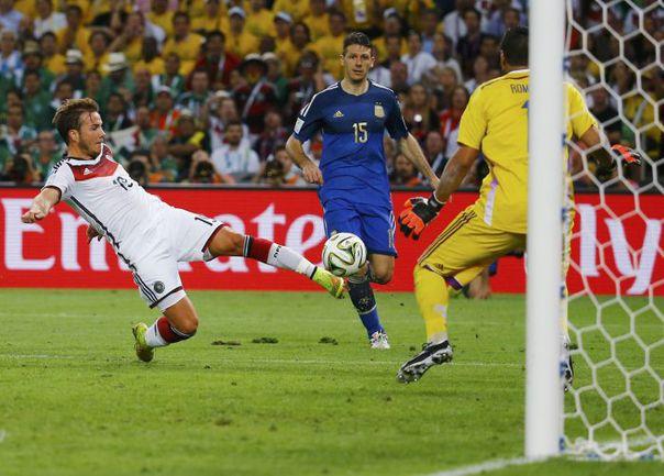Сегодня. Рио-де-Жанейро. Германия - Аргентина - 1:0 д.в. 113-я минута. Марио ГЕТЦЕ забивает золотой гол чемпионата мира-2014. Фото REUTERS