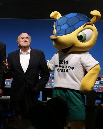 Сегодня. Рио-де-Жанейро. Йозеф БЛАТТЕР и талисман ЧМ-2014 Фулеку. Фото REUTERS