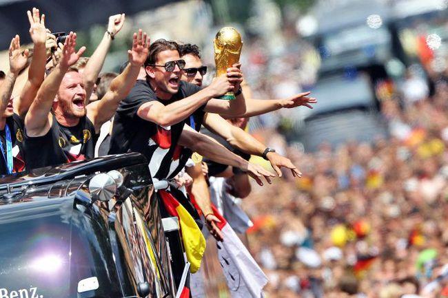 Сегодня. Берлин. Футболисты и болельщики Германии празднуют победу на чемпионате мира. Фото AFP