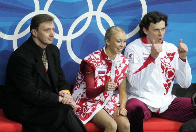 13 февраля 2006 года. Турин. Олимпийские чемпионы Татьяна ТОТЬМЯНИНА и Максим МАРИНИН, а также их тренер Олег ВАСИЛЬЕВ (слева).